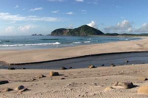 乗浜海岸 ご覧のように大小の石や低い瀬が存在していますが、釣りには向いていません... 乗浜海岸